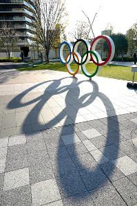 新型コロナ感染拡大の中、来夏への延期が決まった東京五輪のモニュメント(日本スポーツ協会ビル前)