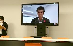 テレビ電話形式で取材に応じる沢野大地JOCアスリート委員長