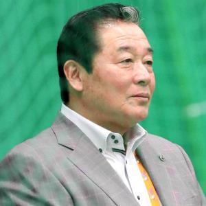 2月の阪神キャンプを視察し、ブルペンで投手陣を見学する梨田昌孝氏