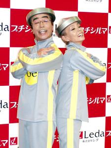志村けんさん(左)と歌手の研ナオコ