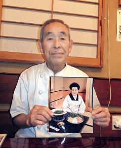 ひとみばあさんのモデルとなったという母の写真を持つ高橋正一さん
