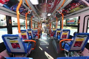 4月2日、埼玉スタジアムなどでお披露目された「浦和レッズフルラッピングバス」(提供・浦和レッズ)