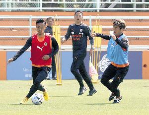 ゲーム形式の練習で競り合う清水DF伊藤(左)