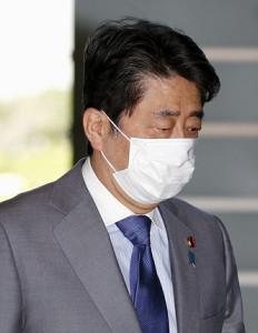 4日午後、不織布マスクを着用し首相官邸に入る安倍首相(共同通信社)