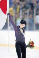 オータムクラシックで優勝し、日本国旗を手に歓声に応える羽生結弦