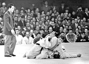 1964年東京五輪柔道男子無差別級決勝。神永昭夫に一本勝ちした後、畳に上がろうとするオランダチームを制するヘーシンク