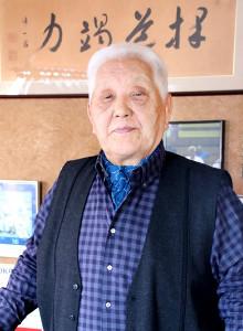 嘉納治五郎による書の前でヘーシンク氏の思い出を語った山本四郎さん