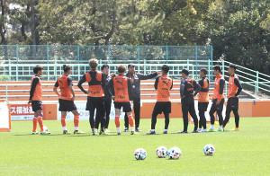 DF陣との練習で指示を出すクラモフスキー監督(右から6人目)