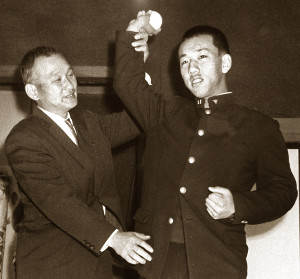 巨人ドラフト1位の甲府商・堀内恒夫(右)を指導する川上哲治監督