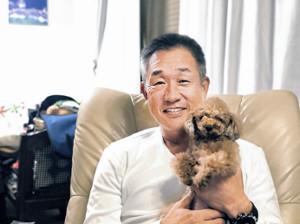 愛犬・ルーキーと自宅でくつろぐ西武・辻監督