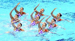 19年、世界水泳で演技するアーティスティックスイミング日本代表チーム