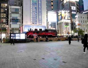 午後6時半頃のJR新橋駅前SL広場