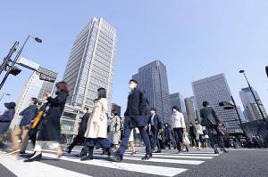 午前8時22分、マスク姿で通勤する東京駅丸の内口の人たち