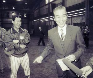 86年10月、就任発表後、秋季練習中の神宮室内練習場を訪ねたヤクルト・関根潤三新監督。若松(左)ら選手一人一人と握手を交わした