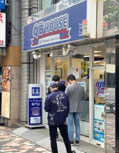 列ができた都内のヘアカット専門「QBハウス」