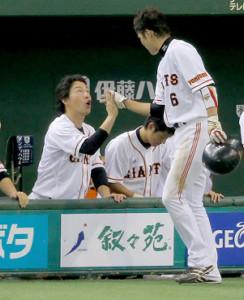 173安打を放った坂本勇人をベンチで出迎えた巨人・長野久義