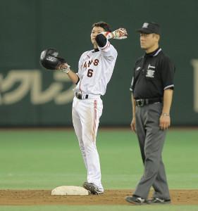 7回2死二塁、セ最多安打で並んでいた長野に代打が送られ、二塁上で感極まった様子の坂本