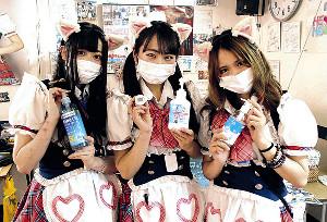 アルコール除菌剤や体温計で出迎える(左から)もちさん、あずにゃんさん、まあささん