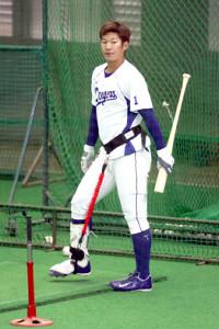 トレーニング器具「ベロプロ」を装着し打撃練習する京田