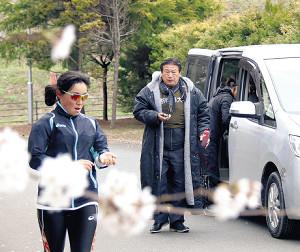 厳しい表情で選手に指示を出す石巻専大・女子競走部の泉田監督(自主練習への変更前に撮影)