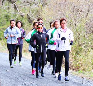 砂利道の上を走る石巻専大・女子競走部の選手たち(自主練習への変更前に撮影)