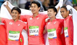 陸上リレー代表の(左から)山縣亮太、飯塚翔太、桐生祥秀、ケンブリッジ飛鳥
