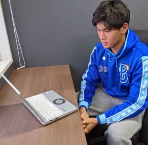 DeNAのドラフト2位・坂本は横須賀市内の2軍施設で練習後、オンラインでの取材に応じた