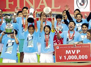 19年、ルヴァン杯で優勝し喜ぶ小林(前列左)と中村(同右)ら川崎イレブン