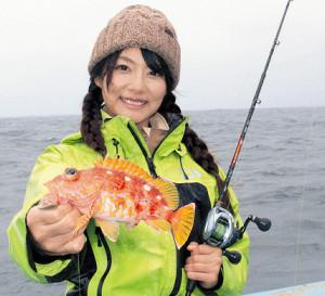 悪条件のなかアヤメカサゴを釣り上げた由梨ちゃん(はるひら丸で)