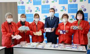 つくばみらい市に手作りマスクを届けたボランティアメンバーと小田川浩市長(右から3番目、同市提供)