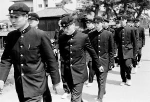 75年3月28日、出場辞退を告げられ肩を落として歩く門司工ナイン