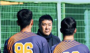 4月上旬の紅白戦後、集まった選手に声をかける東北福祉大・大塚監督(中央)