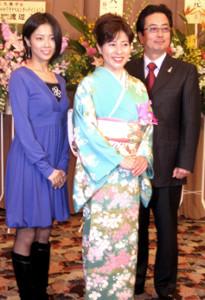 女優の岡江久美子さん(中)と長女・大和田美帆(左)、夫・大和田獏(右)