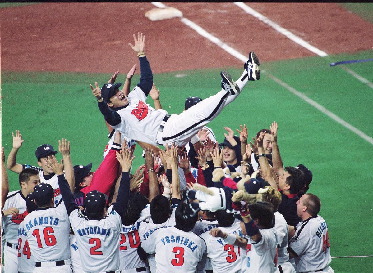 パ・リーグ優勝を決め、ナインの手で胴上げされる近鉄・梨田昌孝監督(2001年)