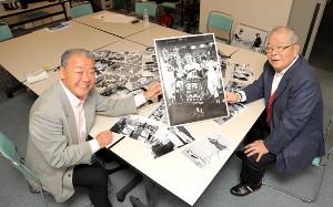 西本氏の写真を手に笑顔の福本豊氏(左)と加藤秀司氏