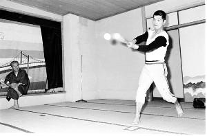 72年、選手宿舎でティー打撃する加藤(右)を見守った