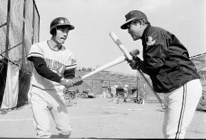 73年、春季キャンプで福本(左)に打撃指導