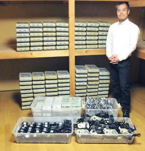 スーパーファミコン一式100セットと石井豊理事長(提供写真)