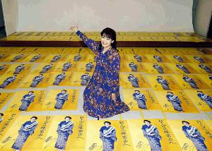 1500枚のポスターにサインを書き込んだ市川由紀乃