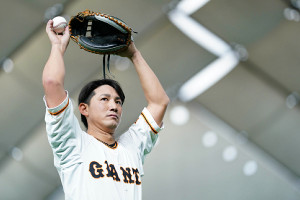 気合の表情でキャッチボールする小林誠司(3月18日、矢口 亨撮影)