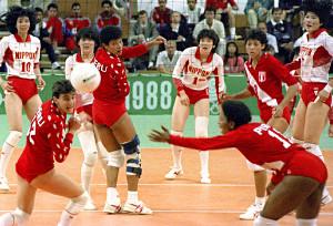 ソウル五輪女子バレーボール準決勝のペルー戦で、フルセットの末に敗れた日本(奥左から)大林、中田、丸山、広(共同)