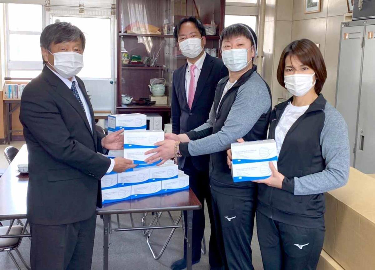 マスク1万枚を寄付した(右から)野上奈々、真司夫妻