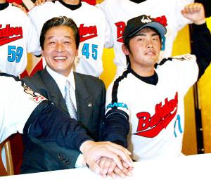 2003年、当時の監督・梨田氏(左)とともに入団会見に臨んだ香月氏
