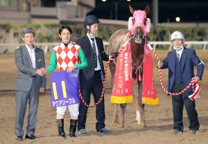 東京プリンセス賞を制したアクアリーブル(左端は佐藤賢二調教師、左から2人目は矢野貴之騎手)