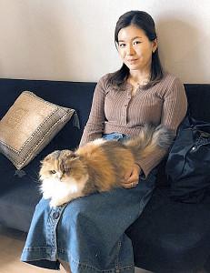 愛猫キャリコと自宅時間を過ごす藤田(本人提供)