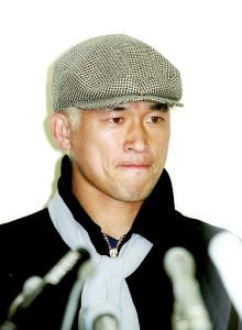98年6月、フランスW杯日本代表から落選し、帰国会見で厳しい表情を見せる三浦知良