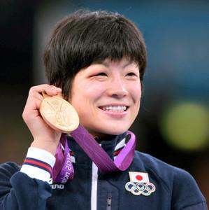 金メダルを手に笑顔の小原