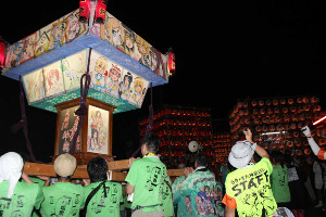 昨年の鷲宮神社・八坂祭でファンによってかつがれた「らき☆すた神輿」