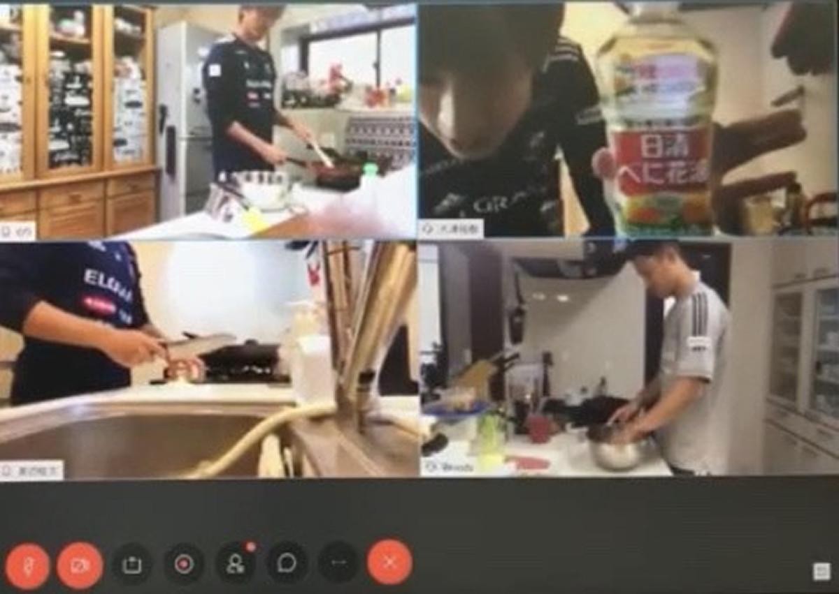 選手イベントの料理対決でスポンサー商品を紹介するMF大津祐樹(右上)。全選手が企業名つき練習着で参加した(横浜M公式YouTubeより)