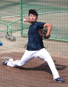 ブルペンで投球練習する鈴木博志